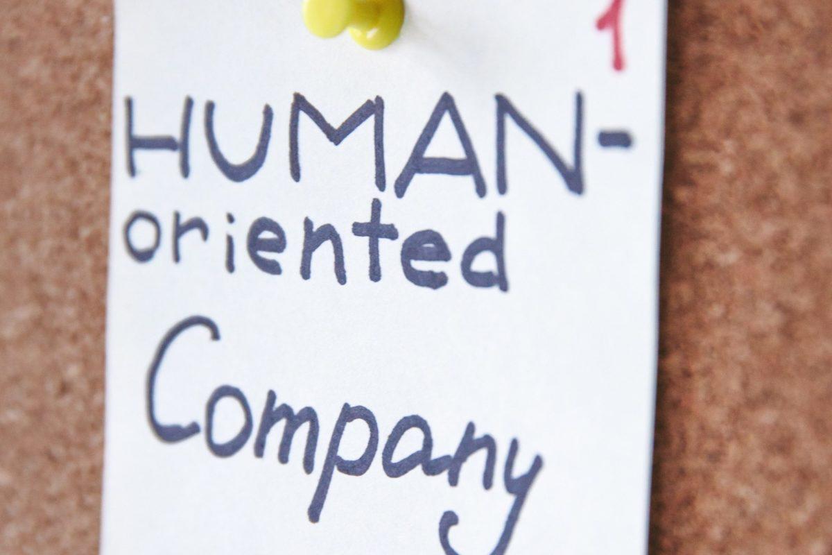 photo d'un post-il accroché indiquant en anglais entreprise orientée vers l'humain