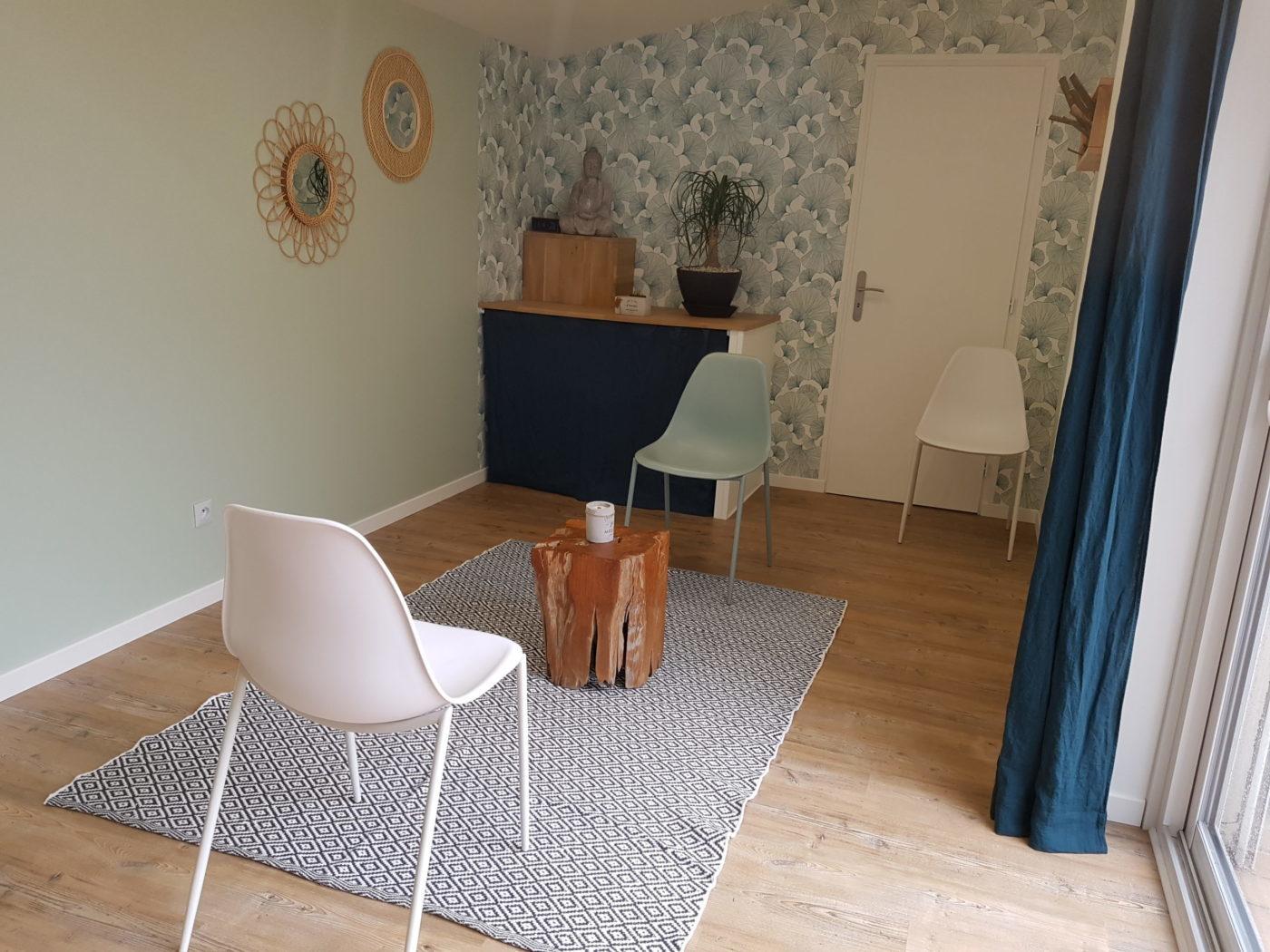 photo du cabinet avec disposition des chaises pour les séances individuelles